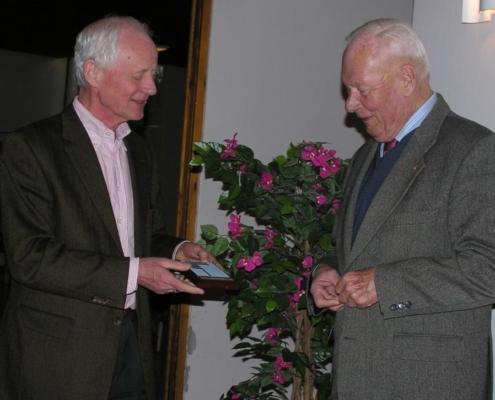 Fredrik Blom tildelt Snarøen Vel's Hederstegn. 7