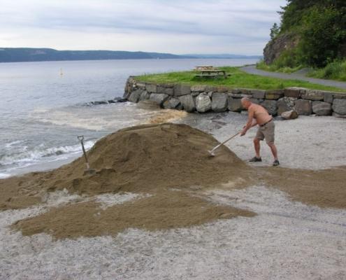 15,8 tonn sand lagt ut - og snart sommer?